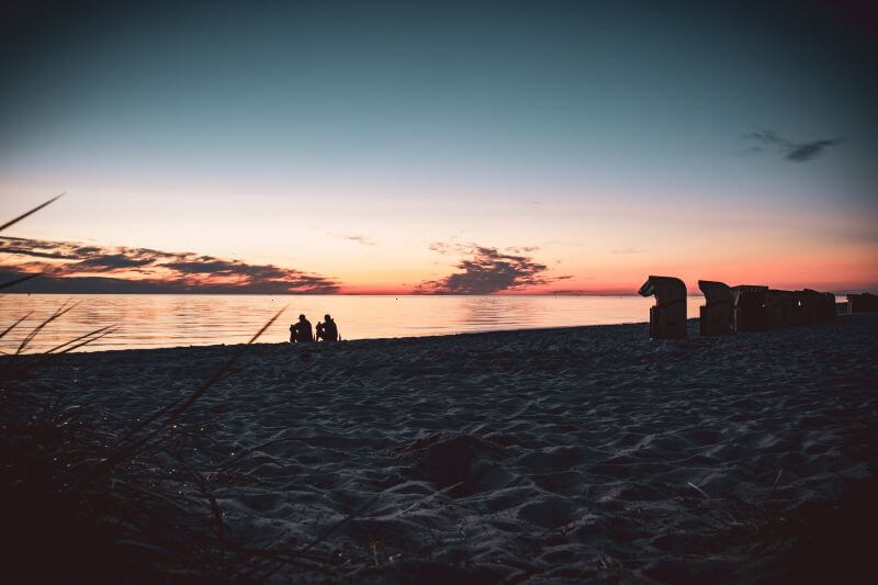 2 Männer am Timmendorfer Strand nach dem Sonnenuntergang