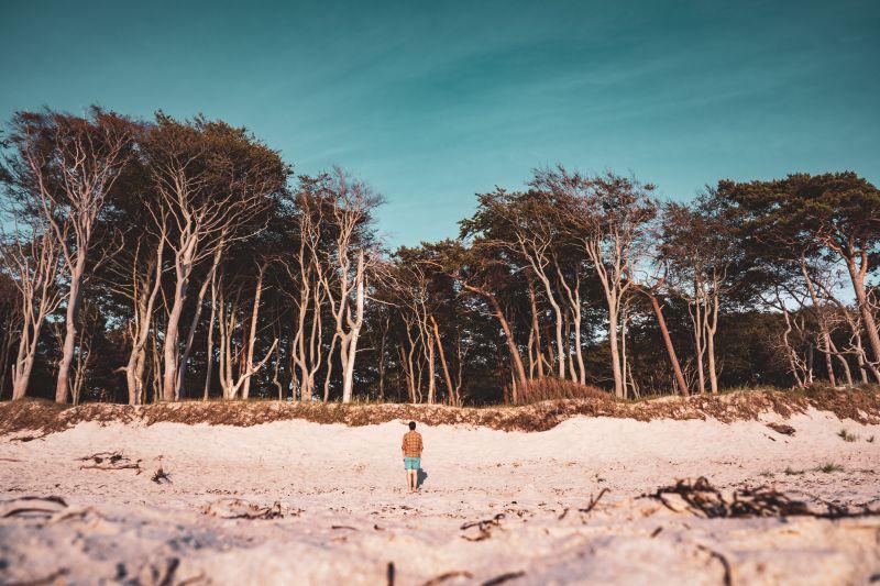 Mann am Weststrand an der Ostsee