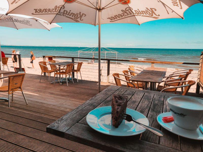 Kaffee und Kuchen am Strandhaus Schwedeneck mit Blick auf die Ostsee