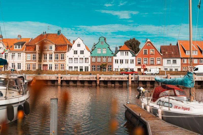 Häuserzeile mit Giebelhäusern in Binnenhafen Glücksstadt in Schleswig-Holstein