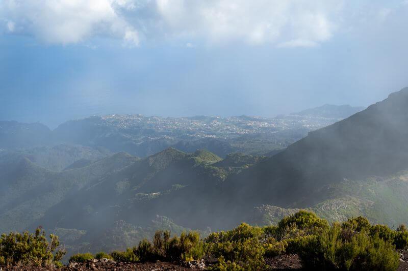 Ausblick vom Pico Ruivo mit Nebel