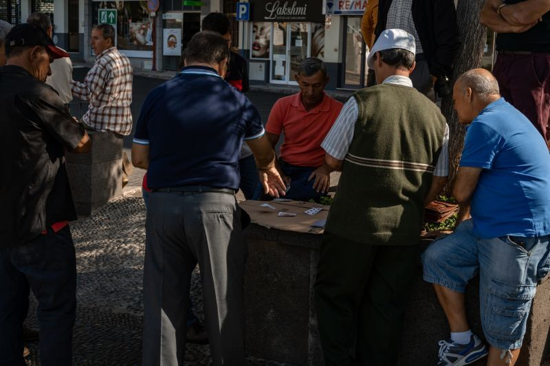Fischer spielen Karten in Camara de Lobos