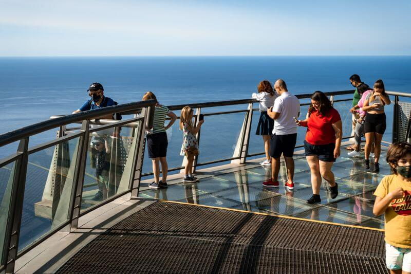 Touristen auf dem Cabo Girao Skywalk
