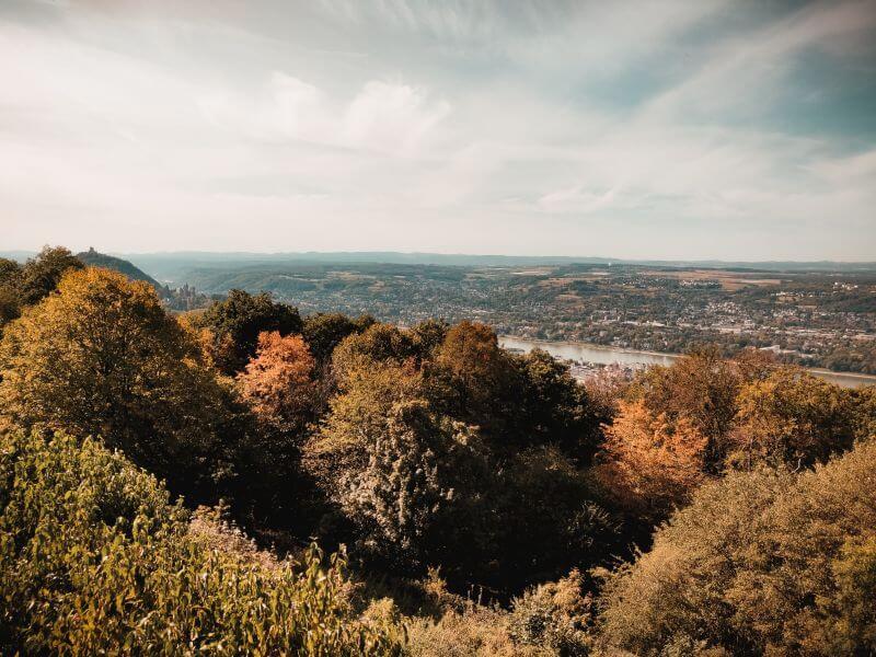 Blick vom Petersberg auf Schloss Drachenburg und den Drachenfels