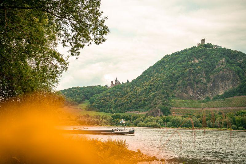 Schloss Drachenburg und den Drachenfels im Siebengebirge