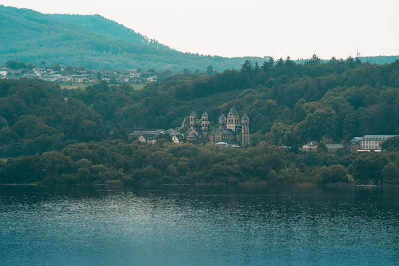 Kloster Maria Laach am Ufer des Laacher See