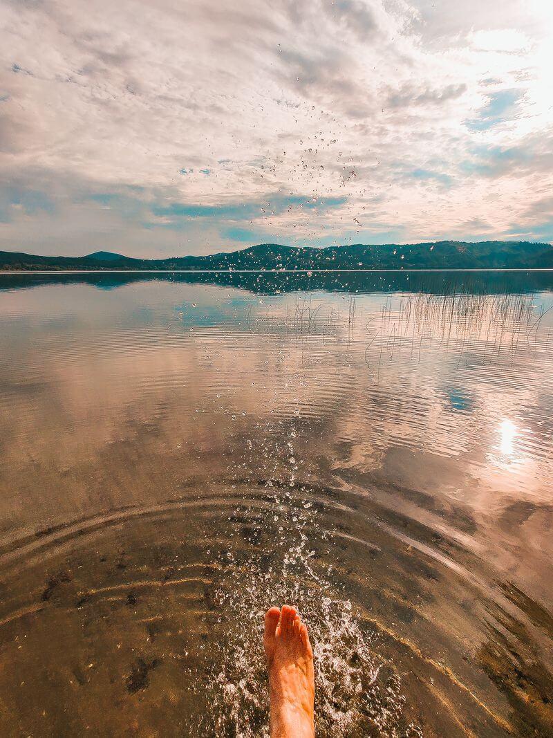 Lacher See Fuß im Wasser