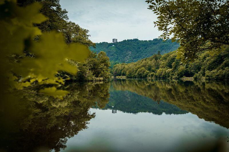 Blick auf Aussichtsplattform vom Flussufer der Saarschleife