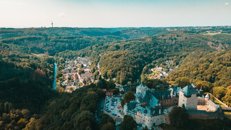 Schloss Burg und Unterburg mit Blick auf die Landschaft bis zum Fernmeldeturm Witzhelden